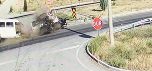 Isparta'da otomobille çarpışan minibüs ikiye bölündü: 3 yaralı Kaza anı ve minibüsün ikiye bölünmesi güvenlik kamerasına yansıdı