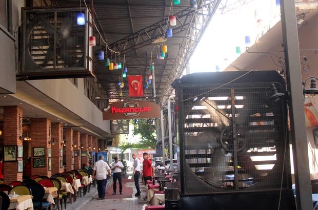 """Sıcak havaya """"dev"""" çözüm Adana'da hava sıcaklığının nem ile birlikte 45 dereceye çıkmasıyla açık alanda bunalan vatandaşlar dev vantilatörle serinletildi"""