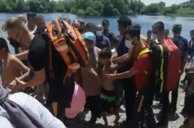 Kahraman kardeşler Boğulma tehlikesi geçiren babayı suya atlayan iki oğlu kurtardı