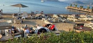 Uyarıları dikkate almayan turistler sahilde uyuyor