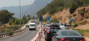 Muğla'nın dört bir tarafında trafik kilitlendi Kurban Bayramı tatilinde milyonlarca yerli turist Muğla'ya akın edince, şehir içi ve karayollarında trafik kilitlendi.