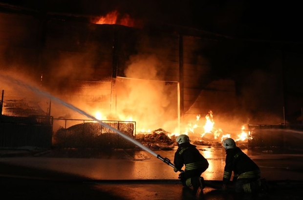 Antalya'da plastik fabrikasında yangın devam ediyor Ekiplerin alevlerle mücadelesi sürüyor
