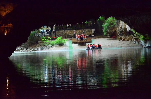 Botlarla girip milyonlarca yıl öncesine gidiyorlar Dünyanın üçüncü, Türkiye'nin en büyük yer altı gölü mağarası olan Altınbeşik Mağarası'nı 10 günde 5 bin kişi ziyaret etti