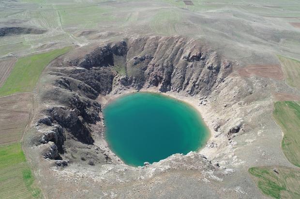 Kuraklık gölün rengini değiştirdi Turkuaz rengi ve büyüleyen güzelliğiyle Sivas'ın simgelerinden olan Kızılçan Gölü, kuraklık nedeniyle renk değiştirdi