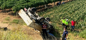 Tütün tarlasına uçan araçtaki kadın öldü, eşi ağır yaralandı Manisa'nın Sarıgöl ilçesinde sürücüsünün direksiyon hakimiyetini kaybettiği açık kasa kamyonet tütün tarlasına uçtu Kazada araçta bulunan Alime Çetin hayatını kaybederken sürücü olan eşi Ali Çetin ise yaralandı