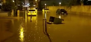 Manisa'da sağanak yağış etkili oldu Manisa'nın Alaşehir ilçesinde etkili olan sağanak yağış bazı caddeleri göle döndürdü Yağmura hazırlıksız yakalanan bazı vatandaşlar ise çareyi saçak altlarına sığınmakta buldu
