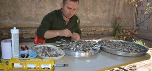 Nehir ve derelerden topladığı renkli taşları sanata dönüştürüyor