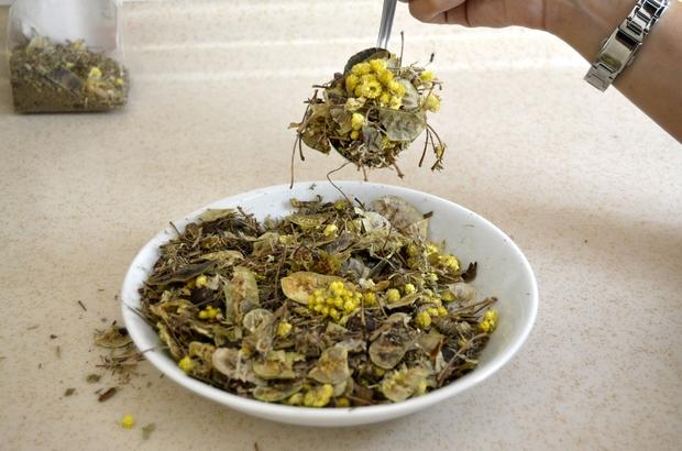 Zayıflamanın formülü bu karışımda Bu karışımı içen aç kalmıyor Sivas'ta bir aktar tarafından hazırlanan ve içerisinde 12 bitkinin bulunduğu özel karışım çay metabolizmayı hızlandırıp tok tutma özelliğiyle zayıflamaya yardımcı oluyor