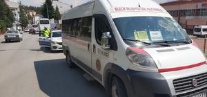 Minibüsün açık kapısından düşen yolcu yaralandı