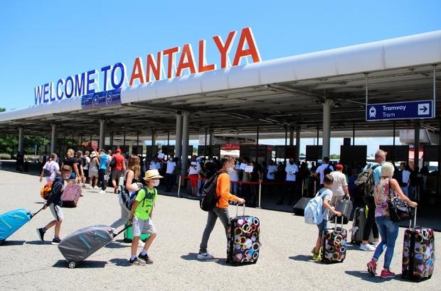 Antalya'da 9 günlük Bayram bereketi Kente 16-25 Temmuz tarihleri arasında iç ve dış hatlara 3 bin 818 uçakla 706 bin 874 yolcu iniş yaptı Ocak ayından bugüne ise iç ve dış hatlara 24 bin 476 uçakla gelen yolcu sayısı 3 milyon 951 bin 891 olarak kayıtlara geçti Sadece turistlerde 3 milyon 24 bin 843 rakamını yakalayan Antalya, geçen yıla oranla yüzde 335 artış sağladı