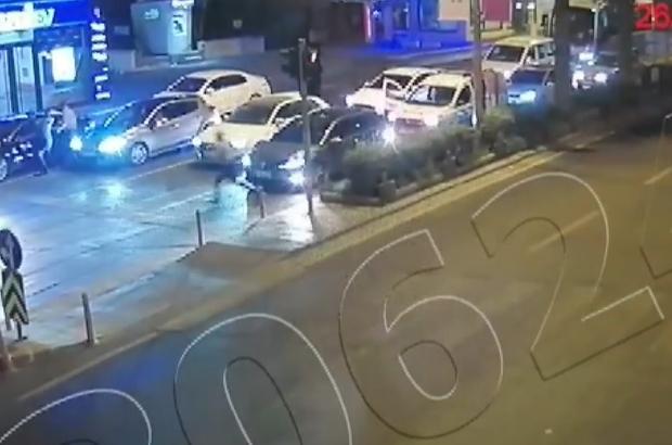 Kaçan sürücü polis memurunu aracın kaputunda böyle sürükledi Kahramanmaraş'ta arkadaşlarıyla silahlı kavgaya karışan sürücü, kendisini durdurmaya çalışan polis memurunu otomobiliyle sürükledi Kaçanları engellemeye çalışan 2 polis memuru ile 2 mahalle bekçisi yaralandı