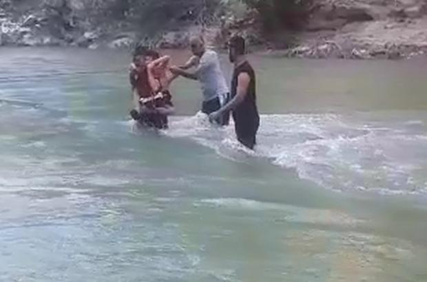 Piknik yaparken sular yükseldi, vatandaşlar mahsur kaldı Mahsur kalan piknikçileri itfaiye ekipleri kurtardı