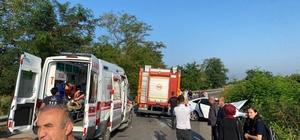 Ters şeride giren otomobil servis aracıyla çarpıştı: 14 yaralı