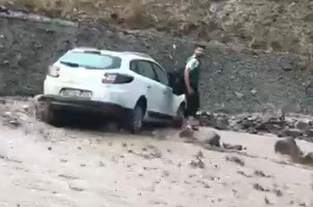 Van'da sel nedeniyle araçlar mahsur kaldı