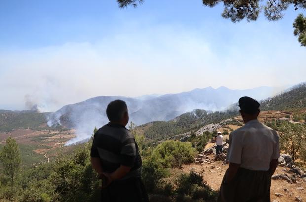 Köylerinin yanışını tepeden çaresizce izliyorlar Mersin'in Aydıncık ilçesinde dün başlayan orman yangını devam ediyor Ekipler havadan ve karadan yangına müdahalesini sürdürürken, köylerini boşaltan vatandaşlar da yangını tepe noktalardan izliyorlar