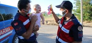 Kazada annesi yaralanan minik Zeynep için jandarma ekipleri seferber oldu Annesi kazada yaralanınca 9 aylık Zeynep ile jandarma ekipleri ilgilendi