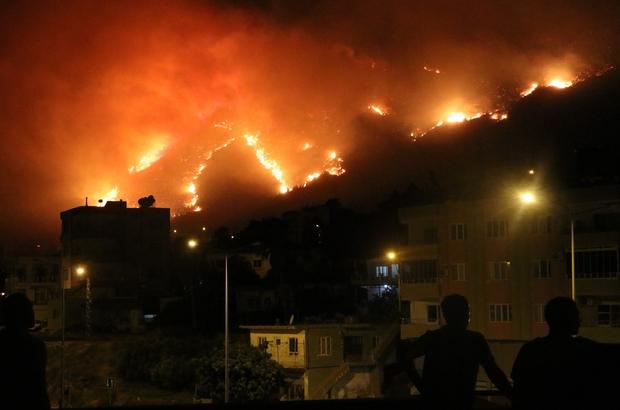 Aydıncık'taki yangın yerleşim yerlerini tehdit etmeye başladı Mersin'in Aydıncık ilçesinde çıkan orman yangını devam ediyor Poyraz nedeniyle ekipler karadan yangına müdahalede güçlük çekiyor