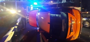 D-100'de 3 ticari taksi birbirine girdi Takla atan takside sıkışan sürücüyü itfaiye kurtardı