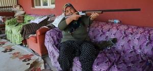 """Yangının ortasında annesiyle kalan kadın: """"Tüfeğim yanımda olsa kendimi öldürecektim"""" Adana'daki orman yangınında mahsur kaldıkları evde yanmaktan son anda kurtarılan yaşlı anne ve kızı dehşet anlarını anlattı 60 yaşındaki Nesibe Öndeş: """"Kendime sıkacaktım, ateşte yanmaktan iyidir"""" """"Ekipleri görünce sevinçten çıldırdım"""" 92 yaşındaki Mesude Yücel: """"Titriyordum, gözüm poyrazdan görmüyordu"""""""