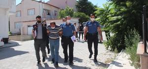 Gurbetçinin 25 bin eurosunu çantasından çaldılar Konya'nın Yunak ilçesinde yaşadığı mahalleden ilçe merkezine gelirken tedbir amaçlı 25 bin euro birikimini çantasına koyan gurbetçi kadın, pazarda alışveriş yaparken parasını çaldırdı Polisin çalışmasıyla plaka tanıma sistemi ve güvenlik kameralarından tespit edilen şüpheliler yakalandı
