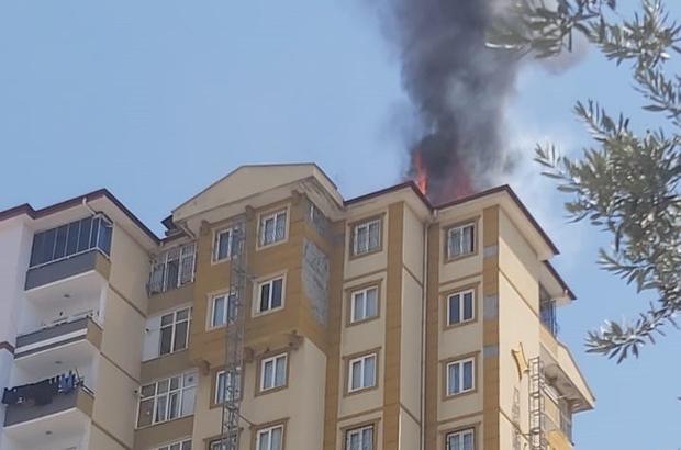 Gaziantep'te 11 katlı binanın çatı katında yangın Yangını kontrol altına alma çalışmaları sürüyor Yangın nedeniyle dumandan etkilenenler var