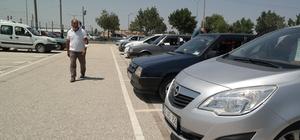Oto pazarında araba çok alıcı yok Soran var alan yok