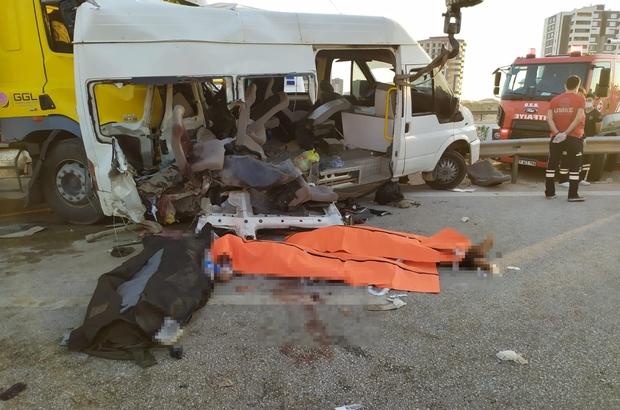 Tır, tarım işçilerini taşıyan minibüse çarptı: 3 ölü, 18 yaralı Otoyolda can pazarı Ölüleri ve yaralıları sıkıştıkları minibüsten çıkarmak için uzun uğraş verildi Vali Davut Gül ve Belediye Başkanı Fatma Şahin kaza bölgesinde inceleme yaptı