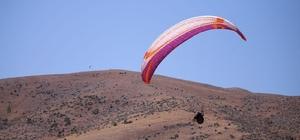 Yamaç paraşütçüleri ve paramotor tutkunları gökyüzünü renklendirdi 4 gün boyunca Elbistan semalarını renklendiren yamaç paraşütü pilotları, izleyenlere adrenalin dolu anlar yaşattı