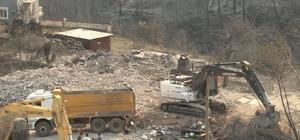 2 kişinin yanarak öldüğü Kalemler'de yanan evlerin yıkımına başlandı İş makineleri ile yıkılan evlerin molozları mahalleden taşınıyor