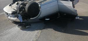 Film setlerindeki görüntüleri aratmayan kaza güvenlik kamerasında Ters dönen otomobil yaklaşık 100 metre sürüklendikten sonra yol ortasında durdu Ters dönerek sürüklenen araçtan şans eseri hafif yaralı olarak çıktı