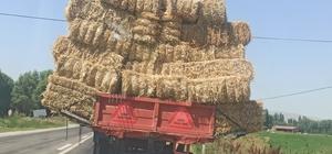 Traktörü görenler şaşırdı kaldı Balya yüklü traktörün tehlikeli yolculuğu