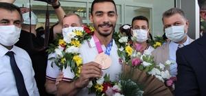 """Ferhat Arıcan'a İzmir'de coşkulu karşılama Ferhat Arıcan: """"Bu olimpiyat madalyası inşallah geleceğin yeni nesillerine umut ışığı olacak"""" Olimpiyatta yarışan milli cimnastikçiler İzmir'e geldi"""