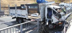 Elazığ'da kamyon bariyerlere çarptı: 1 ölü