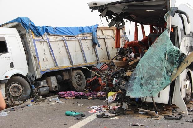Manisa'daki otobüs kazasında yeni detaylar ortaya çıktı Manisa'da 6 kişinin öldüğü 42 kişinin yaralandığı otobüs kazasında park eden kamyonun arıza yaptığı ortaya çıktı Kamyona çarpması sonucu adeta ortadan ikiye ayrılan otobüsün fren izine rastlanmadı