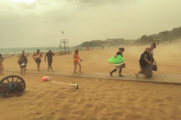 Alanya'da şiddetli yağmur ve fırtına tatilcilere zor anlar yaşattı Fırtına sahilleri boşalttı, otellerde sandalyeler şemsiyeler savruldu