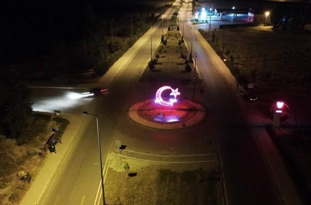 Tomarza girişine ışıklı dev Türk Bayrağı yerleştirildi