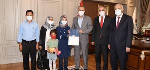 Vali Mahmut Çuhadar, YKS il birincisi Hatice Ünlü'yü ödüllendirdi