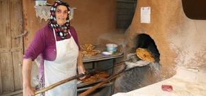 Kadınlar mahallenin fırınlarında Çeçen ekmeği yapıyor Kahramanmaraş'taki bir mahallede Çeçen kültürü ürünü ekmekler, tamamını kadınların işlettiği fırınlarda şekilleniyor Hazırlanan Çeçen ekmeğinin yanı sıra farklı ekmek ve börekler müşterilerin ilgisini çekiyor