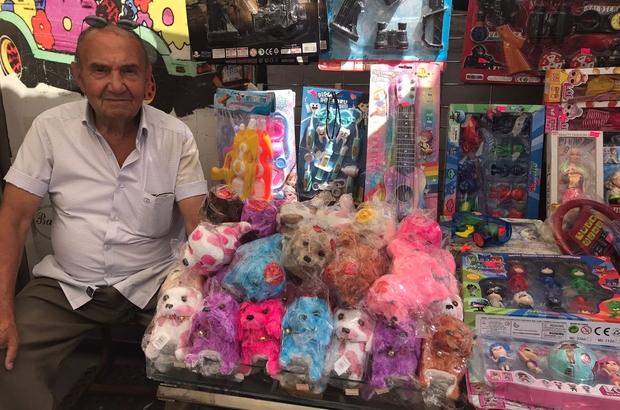 Emeklilikten sonra sağlıklı kalmak için çalışmaya devam ediyor Hollanda'da 30 yıl çalışıp emekli olduktan sonra Eskişehir'e yerleşti 81 yaşındaki Mehmet Emin Çakır, hiçbir ücret almadan her gün başkasına ait oyuncak dükkânın önünde satış yapıyor