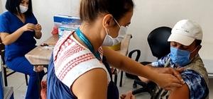 Sağlık ekipleri, köy köy gezerek vatandaşları Covid-19'a karşı aşılıyor