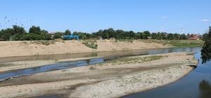 Edirne'de endişe veren görüntüler: Edirne'de kuraklık alarmı kum adacıkları oluştu Kuraklıkla boğuşan Edirne'de, nehirlerde kum adacıkları oluştu