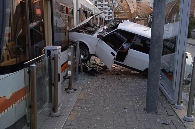 Otomobil tramvaya çarptı: 1 yaralı