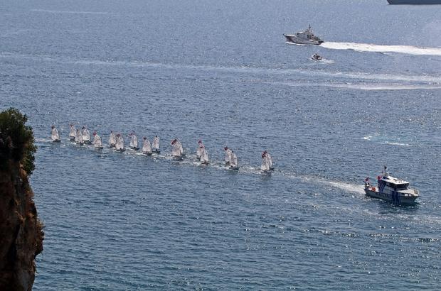 Denizdeki 'Zafer' kutlamasında tekneler görsel şölen oluşturdu Korteji takip eden vatandaşlar, şöleni cep telefonlarıyla ölümsüzleştirdi Deniz korteji drone ile havadan görüntülendi