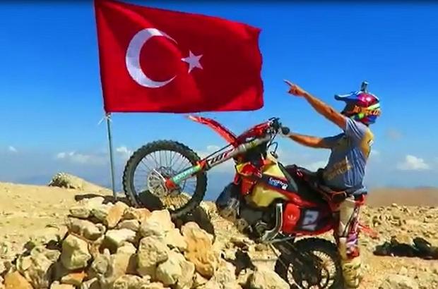 """30 Ağustos'u 3 bin 24 rakımlı tepeye Türk bayrağı dikerek kutladı 3 bin 24 rakımlı tepeye Türk bayrağı diken Dede: """"Önce vatan diyen şehitlerimiz aklıma geldi"""""""