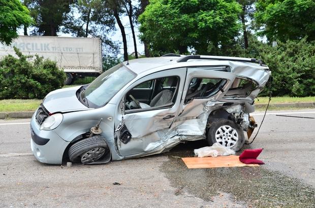Lüks otomobil hafif ticari araca çarptı: 2 ölü Kaza anı kamerada