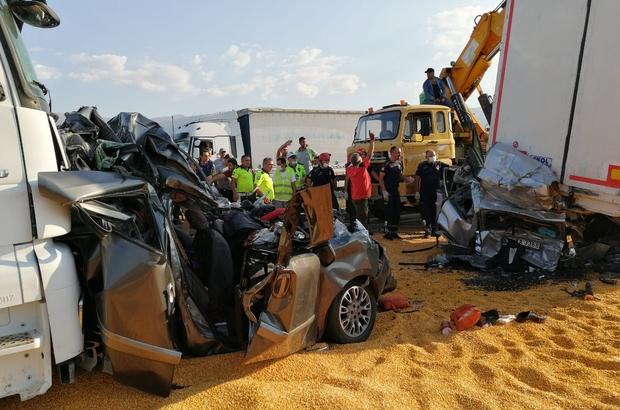 Manisa'da korkunç kaza: 3 ölü, 5 yaralı 5 aracın karıştığı zincirleme kazada iki tırın arasında kalan iki otomobil adeta ezildi