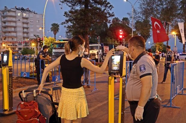 Antalya'da 'HES' kodlu fener alayı Korona virüs ve güvenlik tedbirlerinin yüksek olduğu fener alayına vatandaşlar HES kodu sorgulanarak alındı Varyantlarda başlayan fener alayına 7'den 70'e vatandaşların yanı sıra yerleşik yabancılar da katıldı