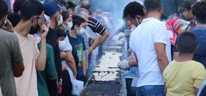 Balık festivalinde 5 bin ekmek arası balık kısa sürede tükendi Kahramanmaraş'ta düzenlenen balık festivalinde vatandaşlar pişirilen balıklardan yemek için uzun kuyruklar oluşturdu