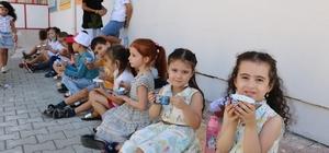 Minikler önce dondurma yedi, sonra okula başladı Okul öncesi eğitime başlayan çocuklara dondurma ikram edildi