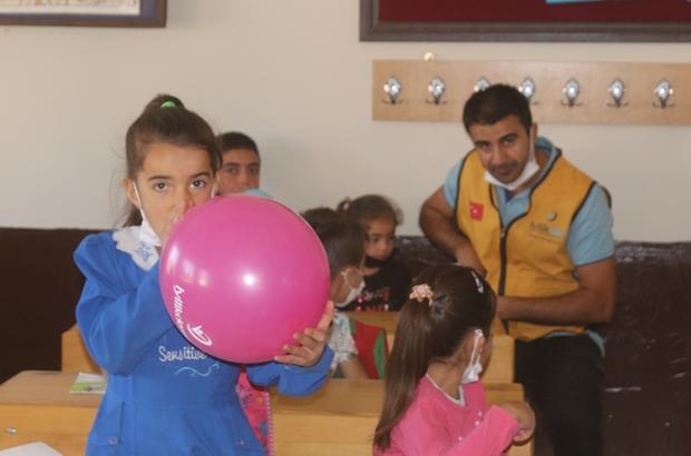 Köy okulunda okuyan çocuklar için kolları sıvadılar Çocuklar gülsün diye sınır tanımadılar